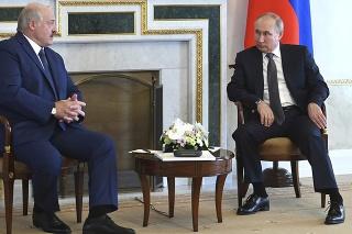Ruský prezident Vladimir Putin (vpravo) a bieloruský prezident Alexandr Lukašenko diskutujú počas stretnutia v Petrohrade v utorok 13. júla 2021.