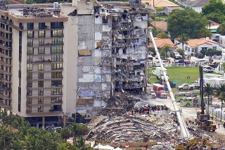 Záchranári prehľadávajú trosky časti dvanásťpodlažného obytného domu.