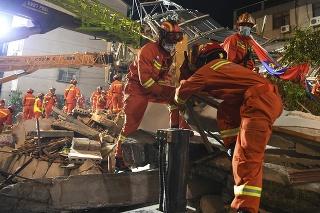 Záchranári stále pátrajú po deviatich osobách.