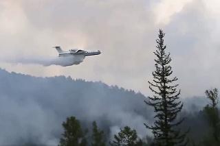 Lesnícke úrady v sobotu oznámili, že hasiči bojujú s 58 prírodnými požiarmi.