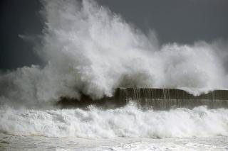 Vlny počas silnej búrky v Japonsku.