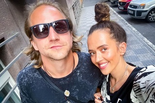 Spevák Tomáš Klus s manželkou Tamarou.