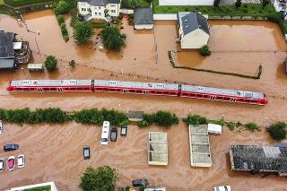 V Kordeli v Porýní-Falcku voda uväznila vlak.