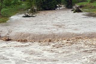 V rozvodnenej rieke zomrel človek, ďalšieho hľadajú (ilustračné foto).