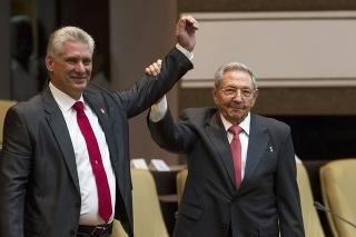 Nový kubánsky prezident Miguel Díaz-Canel (vľavo) a jeho predchodca Raúl Castro v kubánskom parlamente v Havane.