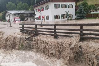 Ulice miest zatopila nielen voda stekajúca z okolitých hôr, ale aj zo stúpajúcej hladiny rieky Berchtesgadener Ache.