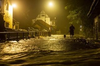 Hasiči museli po dažďoch evakuovať obyvateľov niekoľkých obcí. (ilustračné foto)