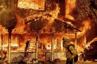 Požiar v Oregone sa ďalej šíri, zničil už desiatky domov.