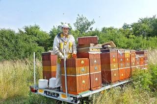 Zemplínske úle má na špeciálnom vozíku.