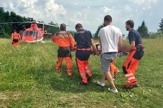 Zraneného maršala transportovali do nemocnice vrtuľníkom.