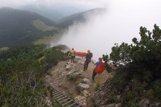 Páru pomáhali horskí záchranári.