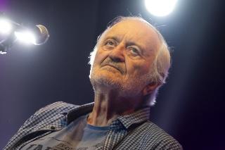 Humorista Milan Lasica počas spomienkového koncertu k nedožitým 70. narodeninám Jara Filipa.