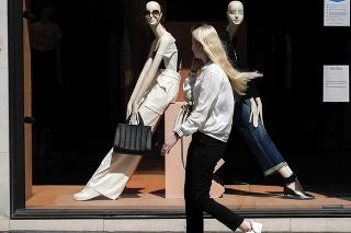 Žena na ulici v Londýne.