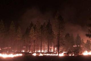 Najväčší požiar v USA sa opäť zväčšil; úrady nariadili ďalšie evakuácie.