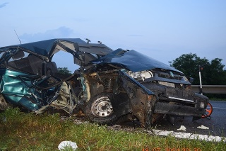 Nehoda si vyžiadala život iba 18-ročného spolujazdca z vozidla Škoda Felícia.