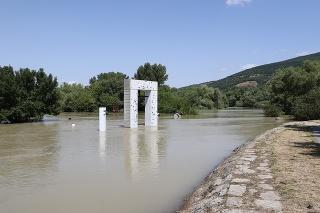 Zaplavený je aj pamätník Brána slobody i niektoré úseky cyklotrasy do bratislavskej Devínskej Novej Vsi.