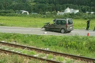 Vlak sa zrazil s autom na železničnom priecestí.