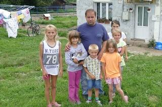 Rodinka Brijovcov býva v tomto domčeku, ktorý dostali od mesta. Majú sa čo obracať, aby prežili.