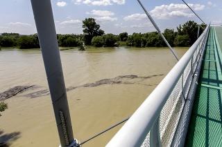 pohľad na rozvodnenú rieku Morava z Cyklomosta slobody v Bratislave