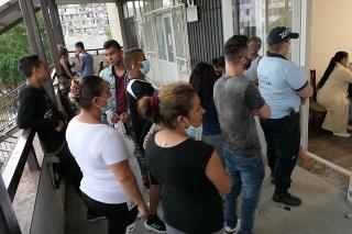 Výjazdová očkovacia jednotka sa udomácnila v priestoroch miestneho úradu Luníka IX., kde od rána stála skupina ľudí.