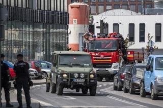 leteckú bombu zo staveniska na Chalupkovej ulici prevážajú na hasišskom vozidle na zneškodnenie v Bratislave.
