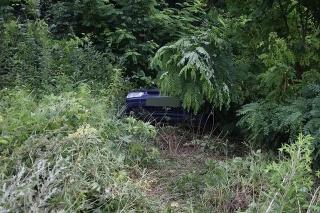 Opitý šofér bez vodičského preukazu skončil v Jasove mimo cesty.