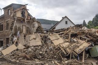 V Porýní-Falcku zaznamenali po povodniach už najmenej 117 obetí.