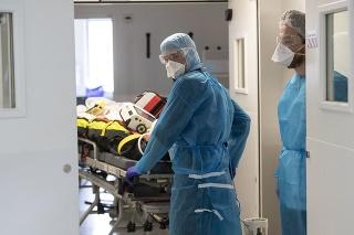 Jedno zo štyroch úmrtí vo Francúzsku je spôsobené ochorením COVID-19.