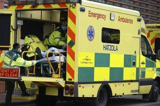 Záchranári prevážajú pacienta s COVID-19 do nemocnice v Londýne.