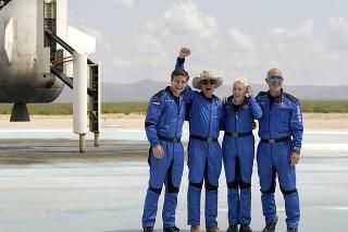 Najbohatší muž sveta Jeff Bezos a jeho posádka.