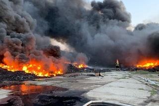 Do boja s ohňom sa pustili desiatky hasičov.