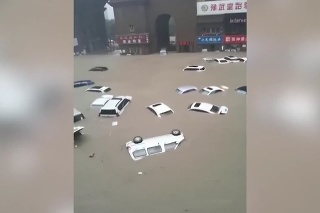 Desivé záplavy v Číne: Plávajúce autá, vytopené metro a štvrte pod metrovou hladinou vody