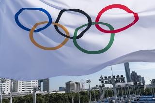 Olympijská vlajka veje nad tenisovým parkom Ariake pred letnými olympijskými hrami.