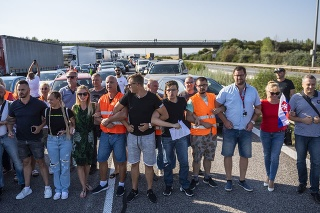 Pendleri blokujú diaľničný hraničný priechod Čunovo-Rajka smerom do Maďarska.