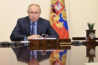 Ruský prezident Vladimir Putin predsedá zasadnutiu vlády prostredníctvom videokonferencie zo svojej rezidencie.