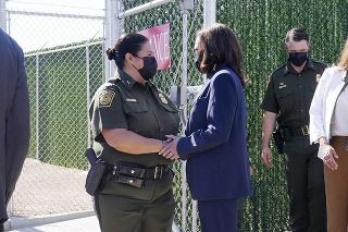 Americká viceprezidentka Kamala Harrisová (uprostred vpravo) počas jej návštevy americko-mexickej hranice v meste El Paso.