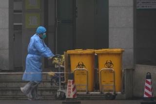 Zdravotník vynáša biologický materiál v nemocnici v meste Wu-chan.