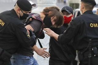 V Minsku došlo k násilným potýčkam medzi policajtmi a demonštrujúcimi.
