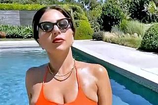 Lady Gaga v hviezdicových plavkách.