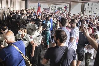 Protestujúci pred vstupnými dverami do budovy parlamentu.