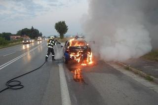Dubnickí hasiči likvidovali požiar osobného auta v Trenčianskej Teplej.