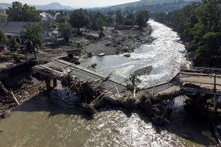 Na snímke kompletne zničený most na rieke Ahr v nemeckom Ahrweileri po povodni 18. júla 2021.