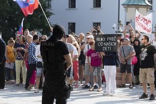 Protest proti vládnym opatreniam pred budovou Národnej rady (NR) SR
