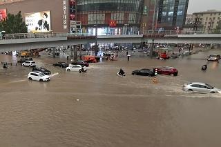 Čínske mesto Čeng-čou: Prudký lejak zmenil ulice na rýchlo sa valiace rieky.