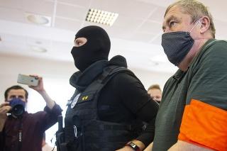 Bývalý špeciálny prokurátor v sprievode príslušníkov Zväzu väzenskej a justičnej stráže.