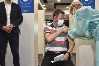Ppredseda vlády Eduard Heger (OĽaNO) dostal druhú dávku vakcíny AstraZeneca.