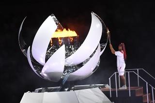 Na snímke japonská tenistka Naomi Osaková zapaľuje olympijský oheň počas otváracieho ceremoniálu na XXXII. letných olympijských hrách v Tokiu.