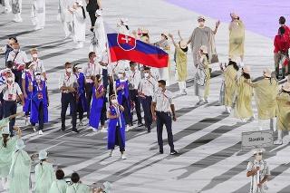 Vlajkonosiči slovenskej výpravy - strelkyňa Zuzana Rehák Štefečeková a vodný slalomár Matej Beňuš počas otváracieho ceremoniálu XXXII. letných olympijských hier na Olympijskom štadióne 23. júla 2021 v Tokiu.
