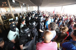 Na proteste boli asi tri stovky ľudí.