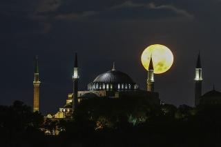 UNESCO žiada Turecko o správu o chráme Hagia Sofia po jeho premene na mešitu.